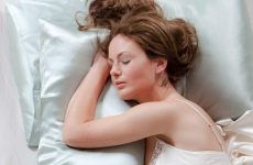 Some Health Benefits of Silk Pillowcases